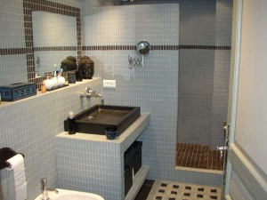 La belle chambre en suite bathroom